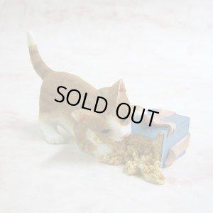 画像1: 【シェラット&シンプソン】猫の置き物 S&S Kitten Opening Parcel